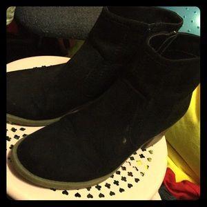 Barely worn black booties cute zippers ruffhewn